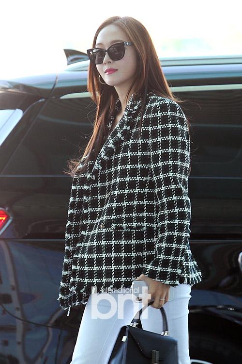 Jessica现身仁川机场 墨镜难掩美貌自信