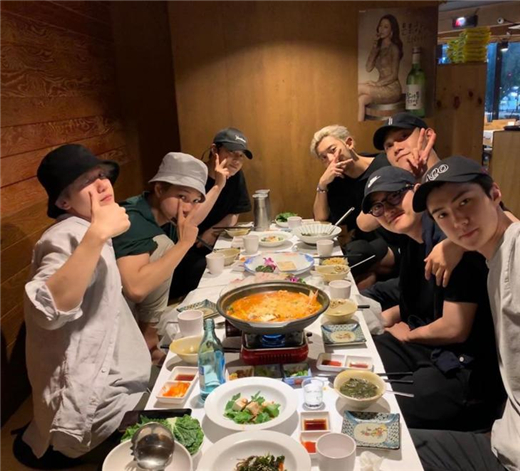 世勋公开EXO成员聚餐照 为D.O.齐聚一堂展现友情