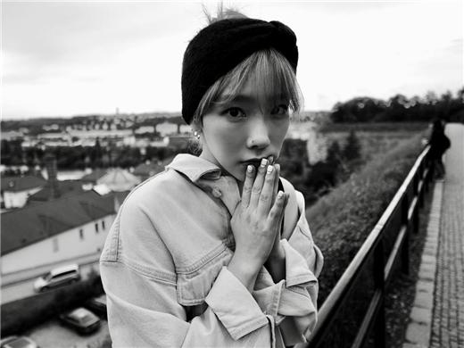 泰妍公开生活照 黑白大片宛如画报