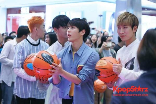 BTOB于香港开唱前赠送粉丝福利 记者会上大秀球技