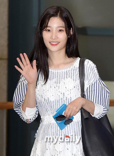郑采妍结束国外电视剧拍摄通过仁川机场回到韩国