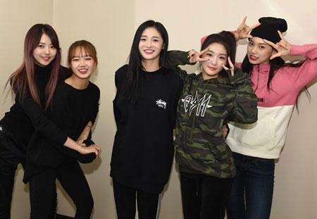 I.O.I出身五位成员《2017 MAMA》日本场再次同台表演。