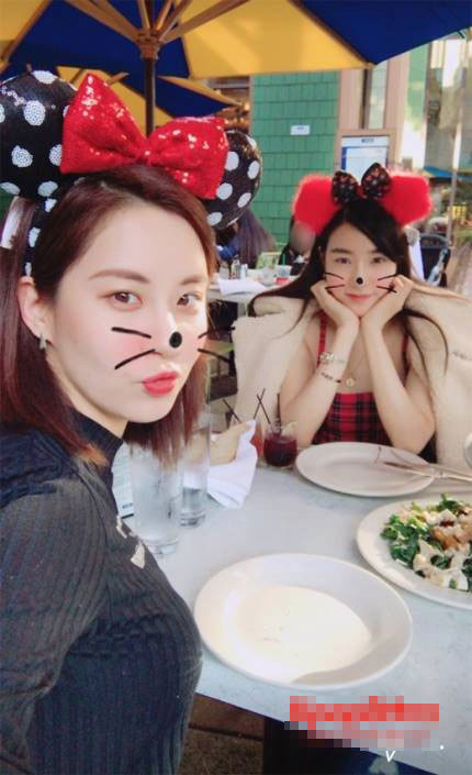 少女时代成员徐贤和Tiffany在美国重逢的认证照公开