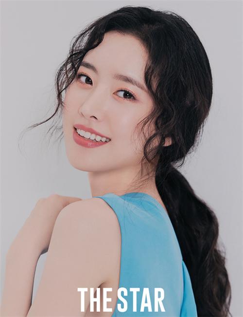 陈世妍最新画报公开 明朗微笑营造愉快氛围